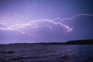 海に落ちた雷
